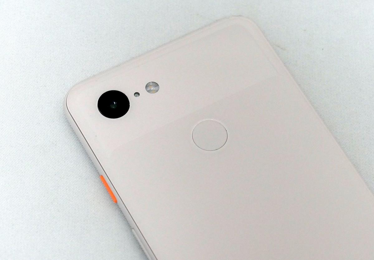 Google Pixel 3、12Mピクセルのカメラを搭載。レンズの絞り値はF1.8。個々の画素が2つのフォトダイオードを持つデュアルピクセル技術を採用