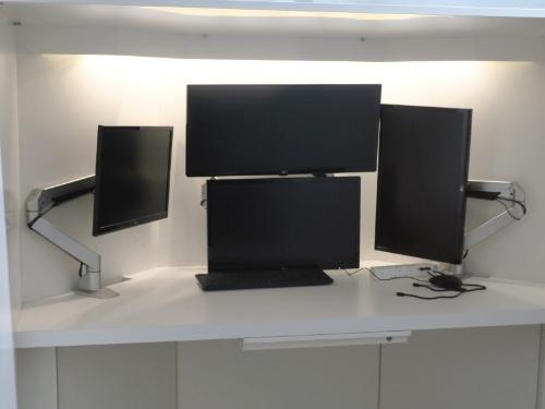 机に設置された4台のディスプレー。ディスプレーは位置や角度を調整できる
