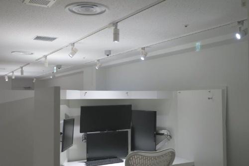 机上部の板は取り外せ、部屋の照明はレールで位置を調整できる