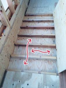 床根太を切り欠いて、桁行き方向にも空気が移動できるようにしている様子(写真:縁創建工房)