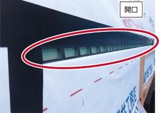 外壁の下地合板に日本住環境の通気スリッターを用いて開口を設けた状態(写真:堀井工務店)