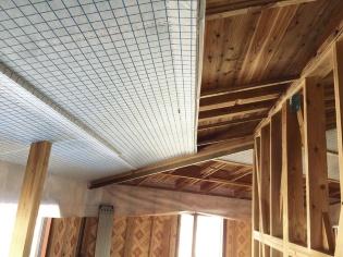 夏見工務店の施工現場で、1層目の下地材と不織布を施工している様子(写真:エコ・スタイルコーポレーション)