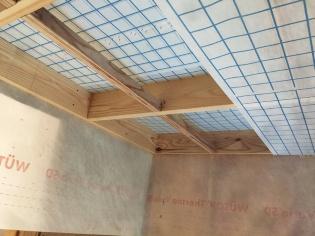 1層目の吹き込みを終え、2層目の下地材を施工している様子。設計はキーアーキテクツ(写真:エコ・スタイルコーポレーション)