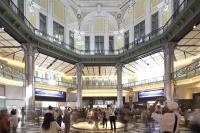 開業当日、南ドームを見上げ写真を撮る人々。丸の内駅舎は辰野金吾(1854~1919年)の設計で1914年に完成。45年の東京大空襲で3階部分を焼失し、2階建てに改修された状態で60年以上使われていた。復元した南北2カ所のドームの内装は、創建当時の写真や資料を基にした(写真:澤田 聖司)
