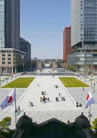 東京ステーションホテルの中央に位置する客室「インペリアルスイート」からの景色。駅前広場から写真奥の皇居方面へと続くのは延長約390mの行幸通り。広場と一体的な空間として改修した(写真:安川 千秋)