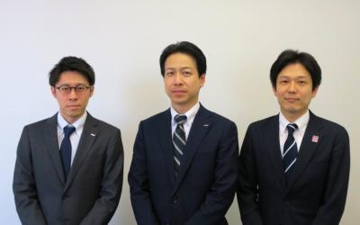 NTTドコモ ネットワーク部技術企画・技術推進担当の福田航氏(左)、ネットワーク部技術企画部門の中南直樹担当部長(中央)、経営企画部5G事業推進室の石丸浩企画担当部長(右)
