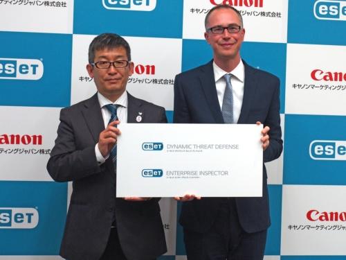 新製品発表会でのキヤノンマーケティングジャパンエンドポイントセキュリティ企画本部の山本昇本部長。右はスロバキアESETの商品開発責任者、ミハエル ヤンケ氏