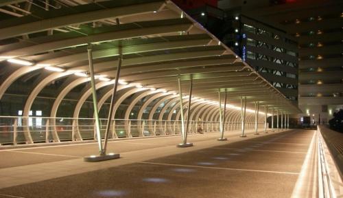 向洋電機土木が手掛けた電気設備の施工例。横浜駅東口地区とみなとみらい21地区を結ぶ歩道橋「はまみらいウォーク」の設備も手掛けた