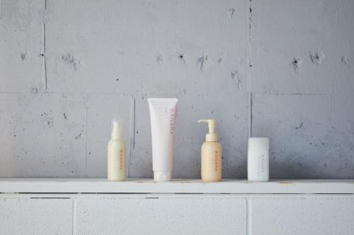 ランクアップの化粧品ブランド「マナラ化粧品」。写真左から2番目にあるのが「マナラ ホットクレンジングゲル」だ