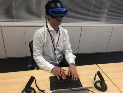 VRヘッドセットを着けてプログラミングをしている様子。手元が見えない