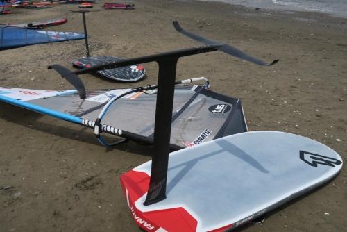 ウインドサーフィンのボードに取り付けたハイドロフォイル(水中翼)