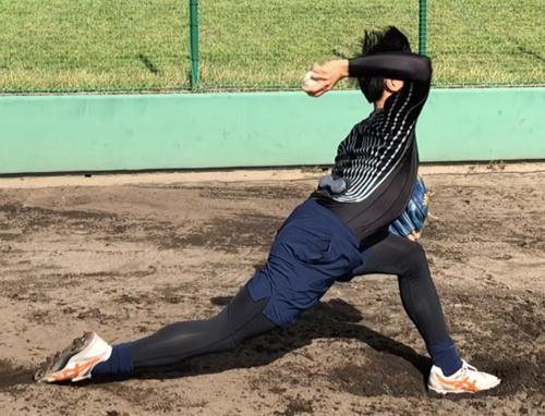 e-skinシャツを着て投球練習をしている様子。モーキャプと異なり、場所を選ばずに測定できる