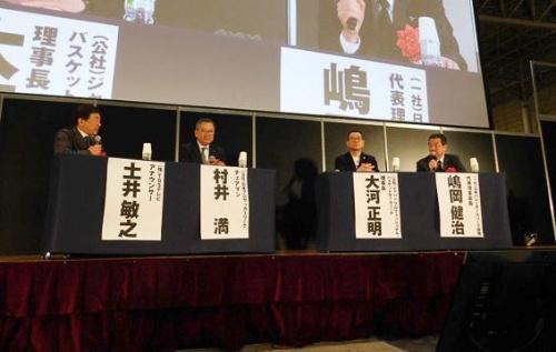 写真左から、モデレーターを務めたTBSアナウンサーの土井敏之氏、Jリーグの村井満氏、Bリーグの大河正明氏、Vリーグの嶋岡健治氏