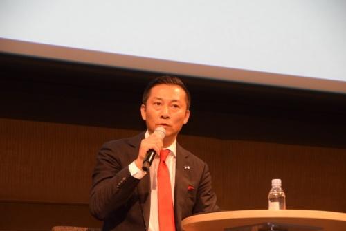 千葉ジェッツふなばし代表取締役会長の島田慎二氏。1992年マップインターナショナル(現エイチアイエス)入社。1995年に退職後、法人向け海外旅行を扱うウエストシップを設立し、2001年に同社取締役を退任。同年、海外出張専門の旅行を扱うハルインターナショナルを設立し、2010年に同社売却。同年にコンサルティング事業を展開するリカオンを設立。2012年より現職。ジェッツインターナショナル代表取締役、特定非営利活動法人ドリームヴィレッジ理事長、公益社団法人ジャパン・プロフェッショナル・バスケットボールリーグ(Bリーグ)理事、2017年9月より、Bリーグ副理事長(バイスチェアマン)就任。2018年3月16日をもって同職退任。2018年3月19日、一般社団法人日本トップリーグ連携機構 理事就任