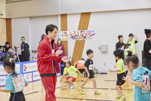 静岡県磐田市のスポーツクラブで子供たちに指導するTETSUYA氏