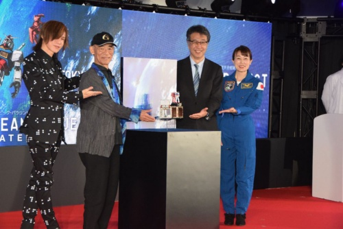 G-SATELLITEの発表会の様子。宇宙飛行士の山崎直子氏(一番右)や超小型人工衛星を開発した東京大学の中須賀真一教授(右から2番目)、「機動戦士ガンダム」の富野由悠季監督(左から2番目)、ロックバンドLUNA SEA、X JAPANのメンバーのSUGIZO氏(一番左)も登壇した