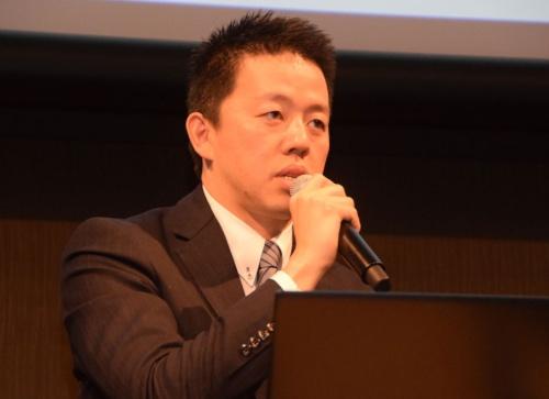 ジャパネットホールディングス代表取締役社長 兼 CEO 高田旭人氏。1979年長崎県生まれ。東京大学卒業後、証券会社を経て、ジャパネットたかた入社。バイヤー部門、コールセンター部門、物流部門の責任者を経て、2010年にはコールセンター部門を強化するためジャパネットコミュニケーションズ設立時の代表取締役社長となる。2012年ジャパネットたかた取締役副社長を経て、2015年1月、ジャパネットホールディングス代表取締役社長に就任、現在に至る