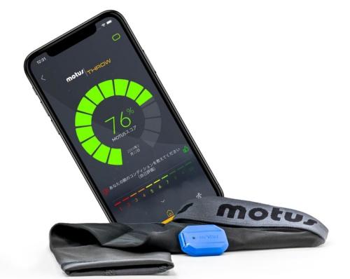 「motus BASEBALL」のアプリ画面とセンサー、スリーブ。投手がセンサーを搭載したスリーブを着用して投球することによって、投球動作に関する数値やトレーニング量、肘のストレス値のデータを取得する