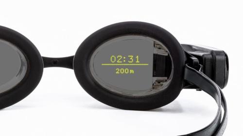 FORM Swim Gogglesに映し出された情報。2行で、上には常にタイムが、下には距離やスプリット時間、ストローク率、カロリーなどを選択して表示できる