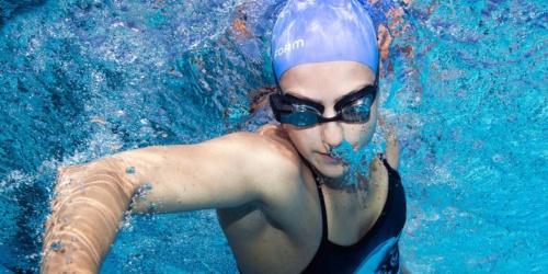 FORMのAR機能搭載水泳用ゴーグル「FORM Swim Goggles」を着けて泳いているスイマー