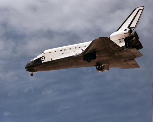 帰還するスペースシャトル「アトランティス」。スペースシャトルは、重量物である主エンジン、帰還用の翼などをすべてオービターに装備しており、1度地球周回軌道に入れてから持ち帰る。エンジンは打ち上げ時にのみ、翼は帰還時にのみ使用する。(出所:NASA)
