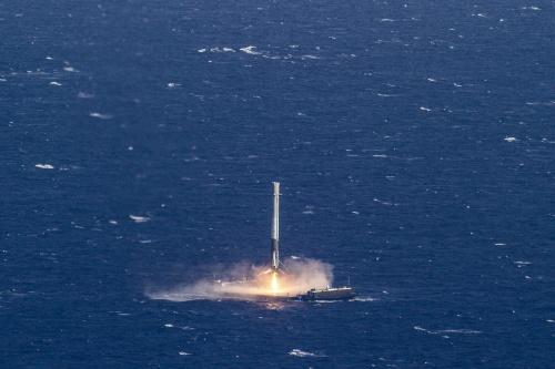 無人船の甲板に着陸するファルコン9第1段。打ち上げ時に使うエンジンを着陸時にも使用し、グリッドフィンや着陸脚などの着陸専用装備は最小限となっている。(出所:SpaceX)