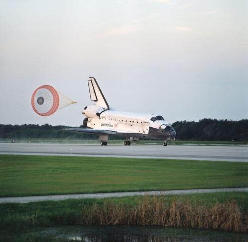 主翼を持つ有翼飛翔(しょう)体「スペースシャトル」(出所:NASA)