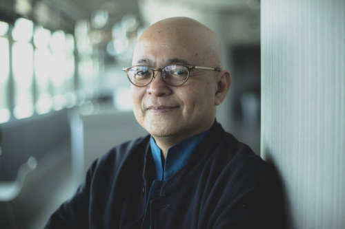 Erwin Viray(エルウィン・ビライ)氏。1961年生まれ。フィリピン大学建築学部卒業後、京都工芸繊維大学大学院修士課程、東京大学大学院博士課程修了。シンガポール国立大学デザイン環境学部准教授を務めた後、2011年より京都工芸繊維大学工芸科学研究科建築造形学部門教授、15年同大学特任教授。現在、同大学KYOTO Design Lab客員教授、シンガポール工科デザイン大学の建築・サステナブルデザイン学部長(写真:Singapore University of Technology and Design)