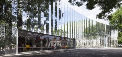 all(zone)が設計した、タイ北部チェンマイの現代美術館「MAIIAM」。古い倉庫を改修し、2016年に完成。新設部のファサードには光を反射する小さな鏡面タイルを何千枚も貼っている。タイの伝統的な寺院建築から着想を得た装飾技法で、ここでは現代アートの表現をタイルのパターンで生み出すことを試み、新しい取り付け方を考案した。反射によって壁が周囲に溶け込み、同時に建物の明るさが道行く人を引き付けることを意図した(写真:Soopakorn Srisakul)