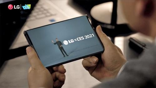 """2021年1月11日、「CES 2021」の開催に合わせてLGエレクトロニクスが実施した発表会より。冒頭と最後に巻き取り式ディスプレーを搭載した「LG Rollable」を""""チラ見せ""""して注目を集めていた。画像は同発表会のスクリーンショット"""