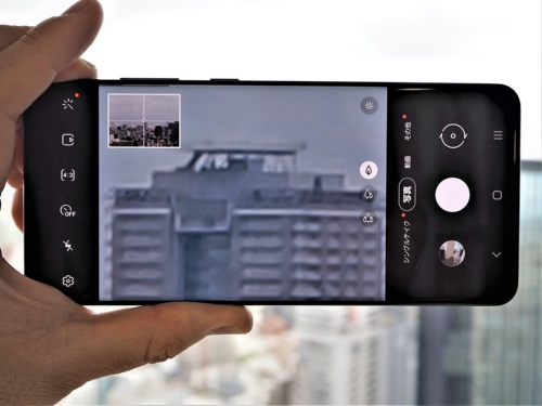 KDDIは「Galaxy S20 Ultra 5G」の投入も発表。6.9インチの有機ELディスプレーに加え、1億800画素のカメラや100倍ズームが可能なカメラなど、4つのカメラを搭載した強力なカメラ機能が大きな特徴だ。写真は2020年6月24日のKDDI・新商品に関する説明会のメディア向けタッチ&トライより(筆者撮影)
