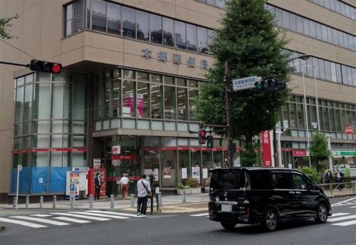 「楽天モバイル 郵便局店」が設置された東京の本郷郵便局。写真は2021年7月1日に筆者が撮影