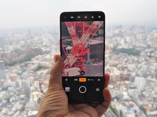 日本市場への投入が発表されたオッポの最新フラッグシップモデル「Reno 10x Zoom」。3つのカメラを活用して10倍ズームを実現。デジタルズームも加えると最大60倍のズームが可能である。写真は2019年7月3日の「Reno 10x Zoom」記者発表会より(筆者撮影)