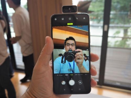エイスーステック・コンピューターの最新スマートフォン「ZenFone 6」。背面のカメラが回転し、フロントカメラとしても使える「フリップカメラ」機構を備えているのが大きな特徴だ。写真は2019年8月20日のASUS JAPAN新製品発表会より(筆者撮影)
