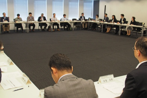 2019年6月18日の総務省「モバイル市場の競争環境に関する研究会」第15回会合より。菅氏の料金引き下げに端を発したこの会合では、総務省側の強引な姿勢が目立つ場面も見られた(筆者撮影)