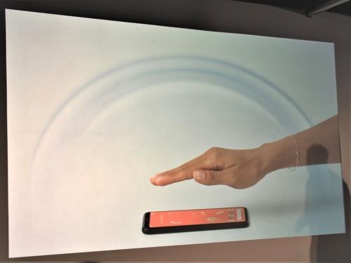 Pixel 4/4 XLに手をかざして操作ができる「モーションセンス」。60GHz帯の電波を用いる仕組みだが、まだ総務省からの認可がないため、日本では2020年春の提供予定となっている。写真は2019年10月16日のグーグルハードウエア新製品記者発表会より(筆者撮影)