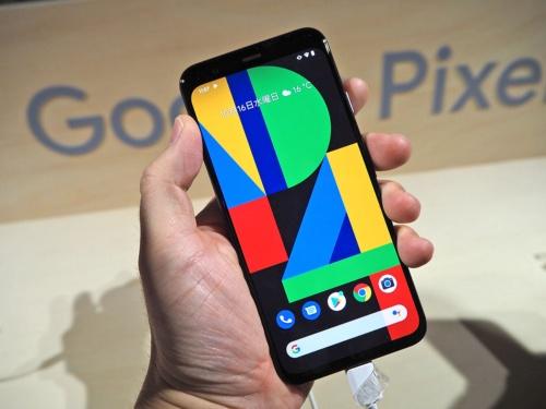 グーグルが日本での販売を開始した「Pixel 4」。デュアルカメラを搭載するなどカメラ機能が大幅に進化している。写真は2019年10月16日のグーグルハードウエア新製品記者発表会より(筆者撮影)