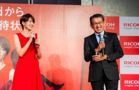 新型複合機を発表するリコーの山下良則社長(右)と女優の吉瀬美智子さん
