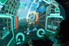 「機動戦士ガンダム 戦場の絆」の大型筐体「P.O.D」に映ったゲーム画面