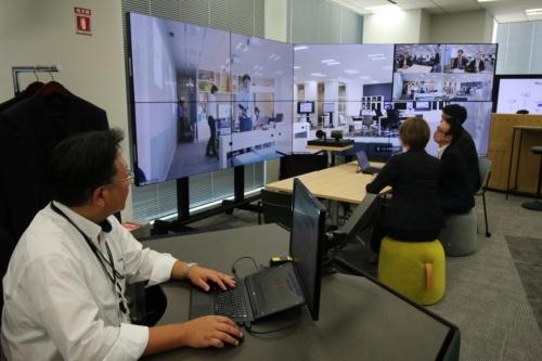 オフィス内の大型ディスプレー。Web会議ソフト「Zoom」で他のフロアや他拠点の様子を映し出す
