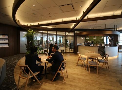 セゾン情報システムズのオフィスエントランス。専属のバリスタがいるカフェを併設する