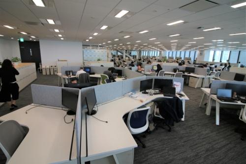 研究開発部門の執務エリア。近くに座る社員同士がすぐ相談できるようにデスクの配置を工夫している