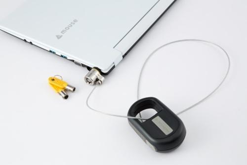 ケンジントンの「MicroSaver Keyed Retractable Notebook Lock」(実勢価格は税別2241円)の使用例。ワイヤケーブルを伸ばして椅子やテーブルの脚や柱に巻き付け、一度本体の穴に通して固定する。あとはノートPCの穴に差し込み鍵で固定すれば、勝手な持ち運びを防げる