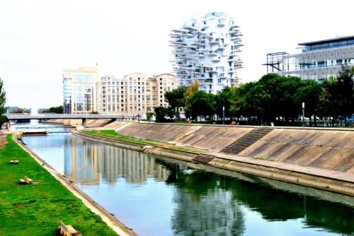 レズ川に架かる歩道橋から見るラルブル・ブラン。右の建物はモンペリエ大学図書館(写真:武藤 聖一)