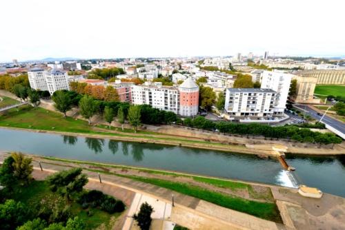レズ川越しに見るモンペリエ市街地。街中には高い建物があまり見当たらない(写真:武藤聖一)