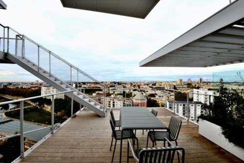 住宅のバルコニーからモンペリエの市街地を望む(写真:武藤 聖一)