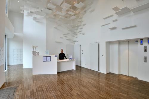 建物のエントランスホールとサービスカウンター(写真:武藤 聖一)