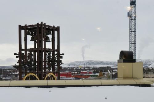 左に写るのが、移築した時計塔。遠くに街と鉱山が見える。過去から現在そして未来の発展を励まそうとする庁舎移転のポイントとなった場所だ(写真:武藤 聖一)