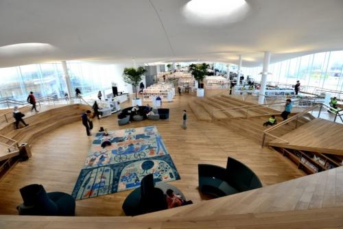 図書館の3階に広がる開架スペース(写真:武藤 聖一)