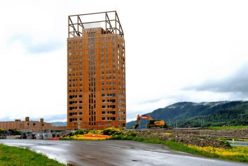 ノルウェーの小さな町ブルムンダルに、世界一高い木造高層ビル「ミョーストーネット(Mjøstårnet)」が完成した。写真は、敷地に隣接するミョーサ湖側から見上げた(写真:武藤 聖一)